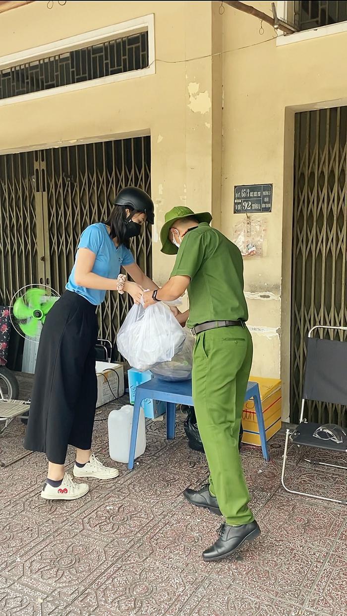 Hoa hậu Tiểu Vy, Á hậu Ngọc Thảo hóa shipper giao cơm cho tuyến đầu chống dịch Ảnh 8