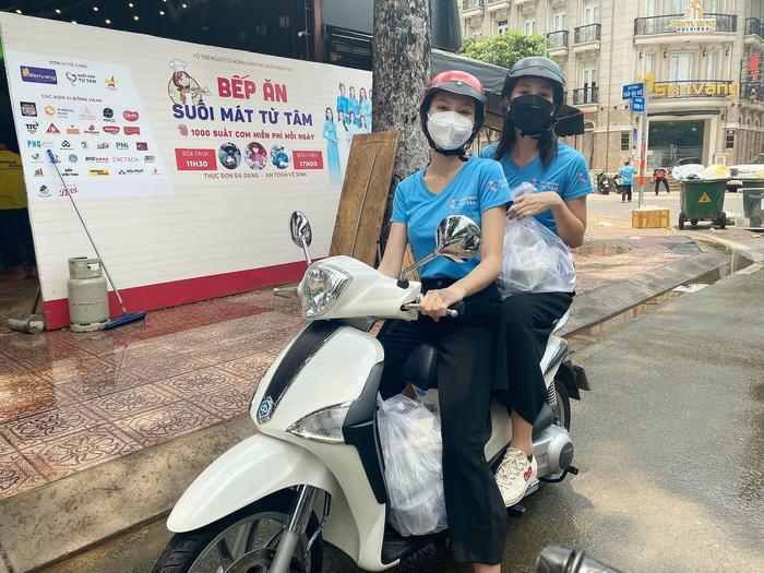 Hoa hậu Tiểu Vy, Á hậu Ngọc Thảo hóa shipper giao cơm cho tuyến đầu chống dịch Ảnh 2