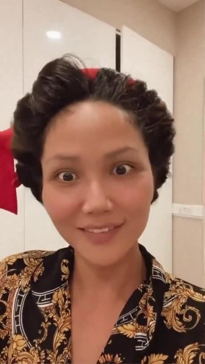 Cười té ghế vì H'Hen Niê lấy vải uốn tóc, quên cả cách make up vì nghỉ dịch quá lâu Ảnh 1