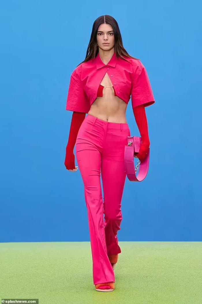 Chân dài triệu đô Kendall Jenner đu dây như khỉ khoe quả đào săn chắc trong bộ ảnh thời trang Ảnh 2