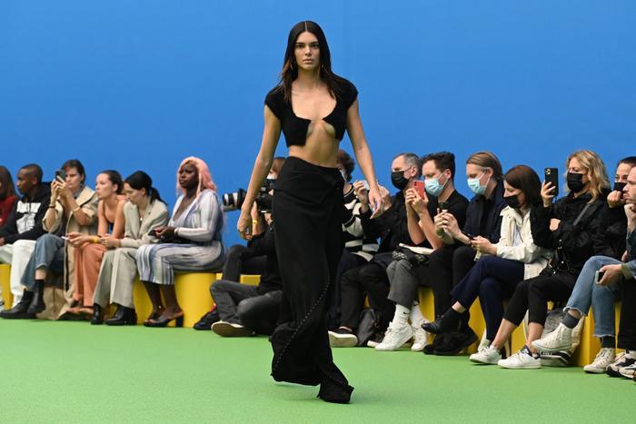 Chân dài triệu đô Kendall Jenner đu dây như khỉ khoe quả đào săn chắc trong bộ ảnh thời trang Ảnh 3