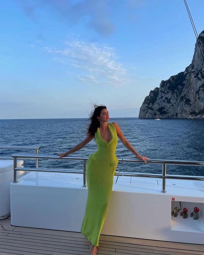 Chân dài Kendall Jenner đẹp hoàn mỹ với váy len bông kín đáo trên du thuyền Ảnh 1