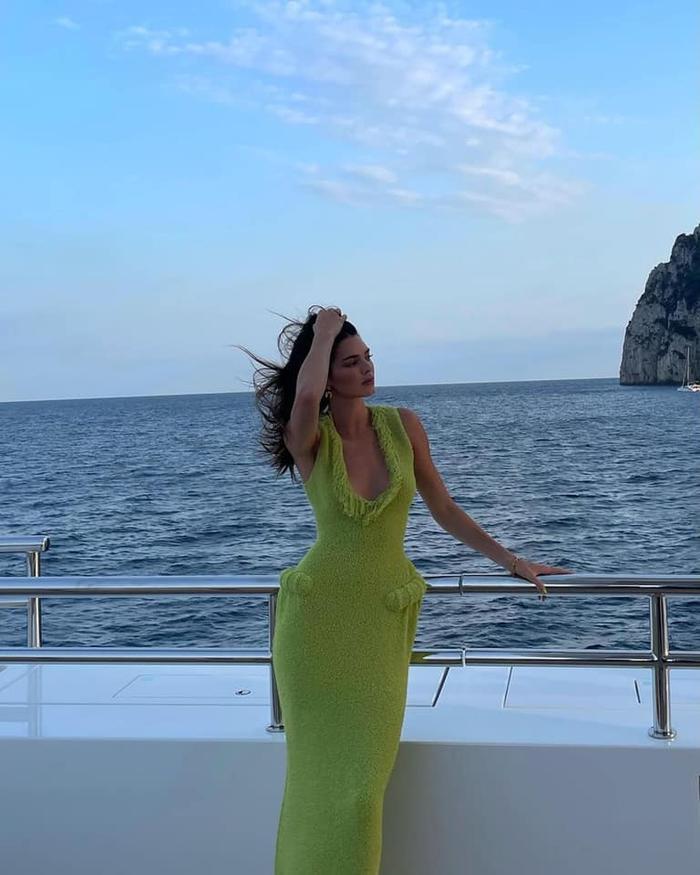 Chân dài Kendall Jenner đẹp hoàn mỹ với váy len bông kín đáo trên du thuyền Ảnh 4