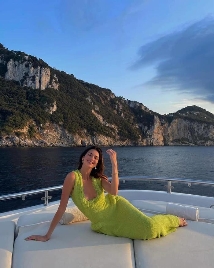 Chân dài Kendall Jenner đẹp hoàn mỹ với váy len bông kín đáo trên du thuyền Ảnh 5