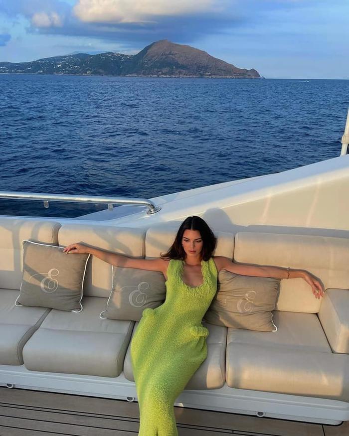 Chân dài Kendall Jenner đẹp hoàn mỹ với váy len bông kín đáo trên du thuyền Ảnh 2