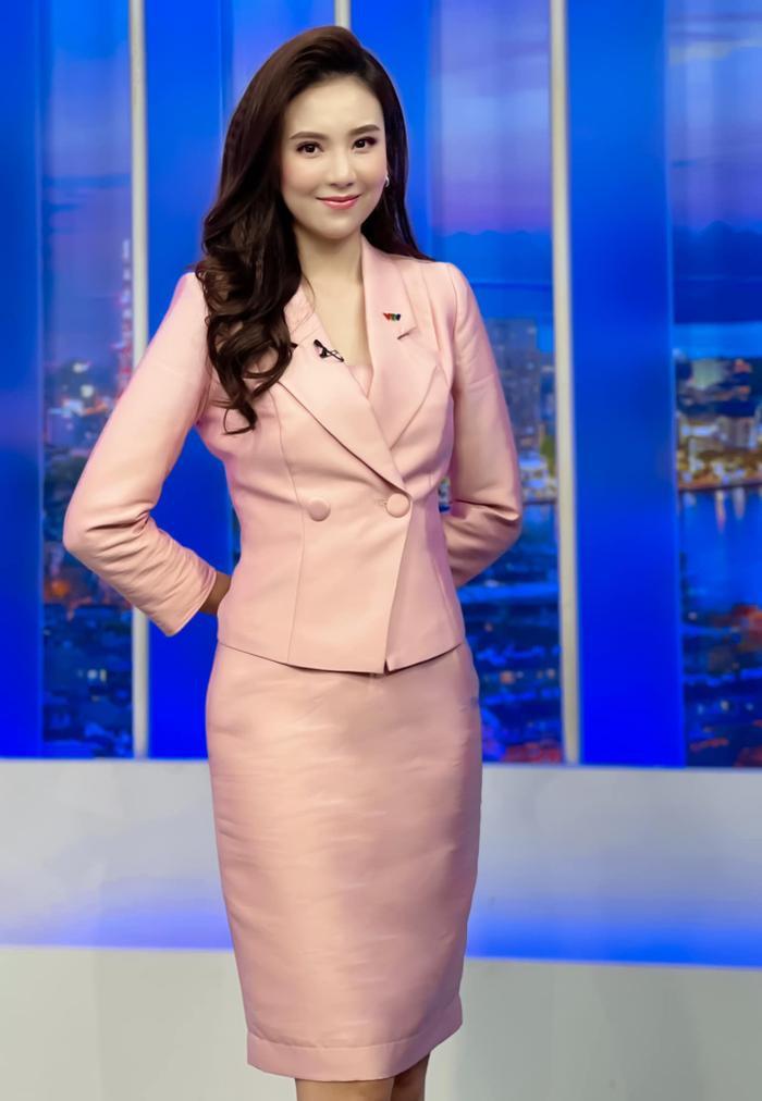 MC VTV Mai Ngọc tiết lộ điều bất ngờ khi lên sóng: Đi làm 9 năm, trang phục chưa bao giờ trùng lặp Ảnh 2