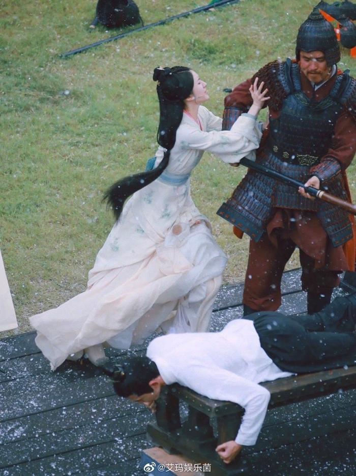 Triệu Lộ Tư đã không còn 'tránh né' Ngô Lỗi nữa rồi, cô sẵn sàng cứu giúp khi anh bị quân lính 'hành hạ'