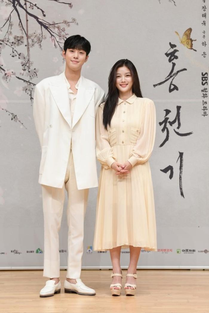 Kim Yoo Jung xinh đẹp tựa nữ thần bên cạnh Ahn Hyo Seop tại họp báo 'Lovers Of The Red Sky'