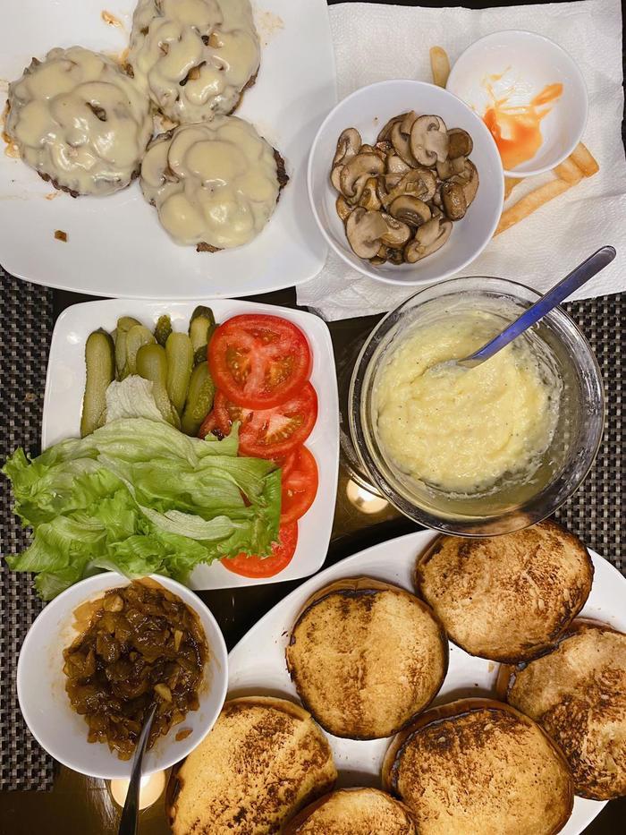Kaity Nguyễn đãi cả nhà món Burger bò Truffle ngon như nhà hàng Tây Ảnh 4
