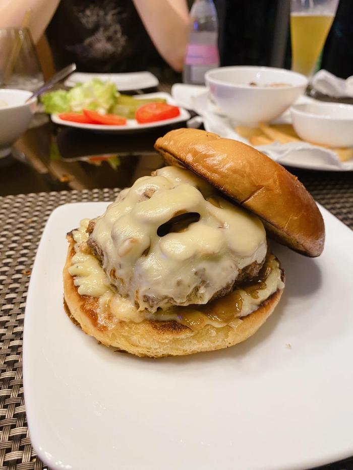 Kaity Nguyễn đãi cả nhà món Burger bò Truffle ngon như nhà hàng Tây Ảnh 5