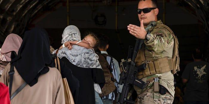 Vé máy bay giá 'cắt cổ' 6.500 USD/ghế cho người Mỹ muốn rời Afghanistan Ảnh 1