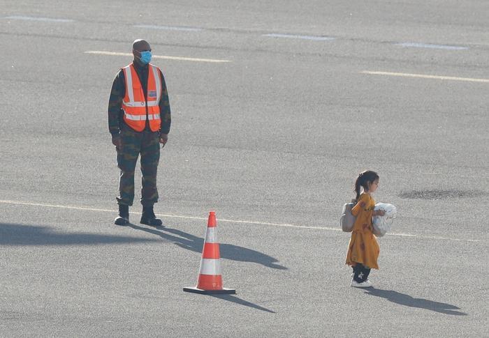 Bé gái nhảy chân sáo trên đường băng sau khi rời Afghanistan được chia sẻ chóng mặt trên MXH Ảnh 2