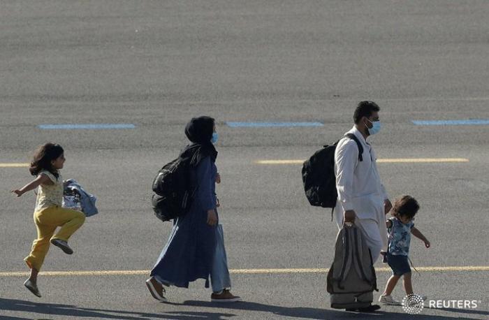 Bé gái nhảy chân sáo trên đường băng sau khi rời Afghanistan được chia sẻ chóng mặt trên MXH Ảnh 1