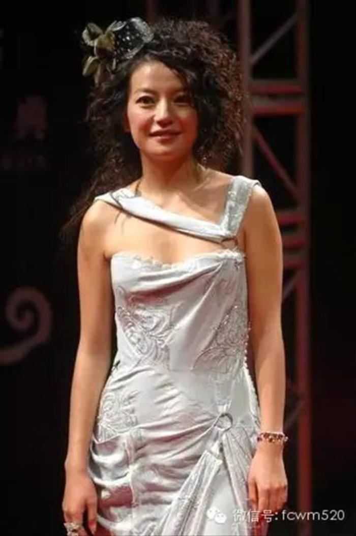 Trước khi bị 'phong sát', Triệu Vy từng bị tẩy chay vì mặc váy in quốc kỳ khiếm nhã Ảnh 7