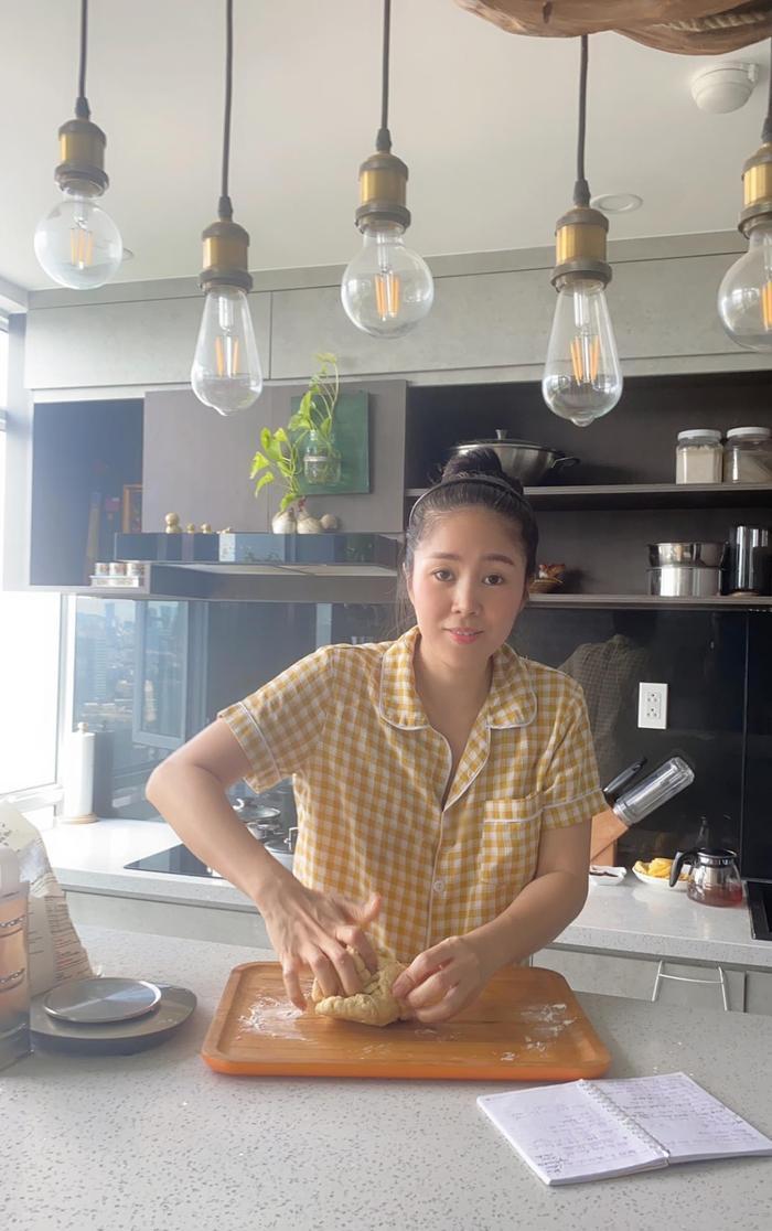Suốt mùa dịch, Lê Phương phải vào bếp làm hoài một món để chiều chồng trẻ Ảnh 2