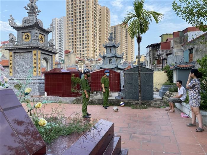 Hà Nội: Nhiều người dân không đeo khẩu trang, trốn vào nghĩa trang tập thể dục Ảnh 1