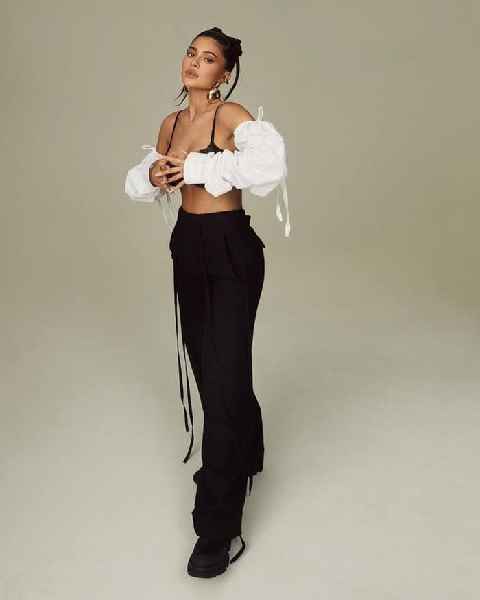 Mang thai lần 2, Kylie Jenner tạo dáng 'căng đét' trên bìa tạp chí Elle Ảnh 4