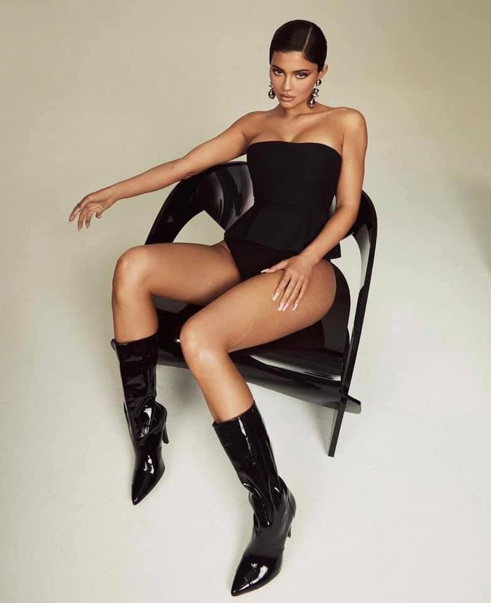 Mang thai lần 2, Kylie Jenner tạo dáng 'căng đét' trên bìa tạp chí Elle Ảnh 2
