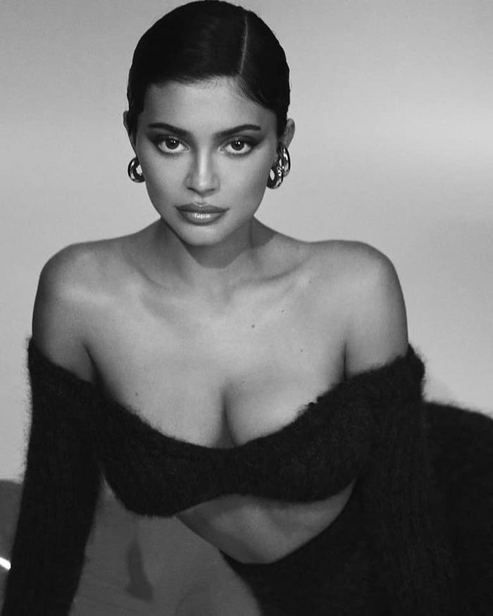 Mang thai lần 2, Kylie Jenner tạo dáng 'căng đét' trên bìa tạp chí Elle Ảnh 5