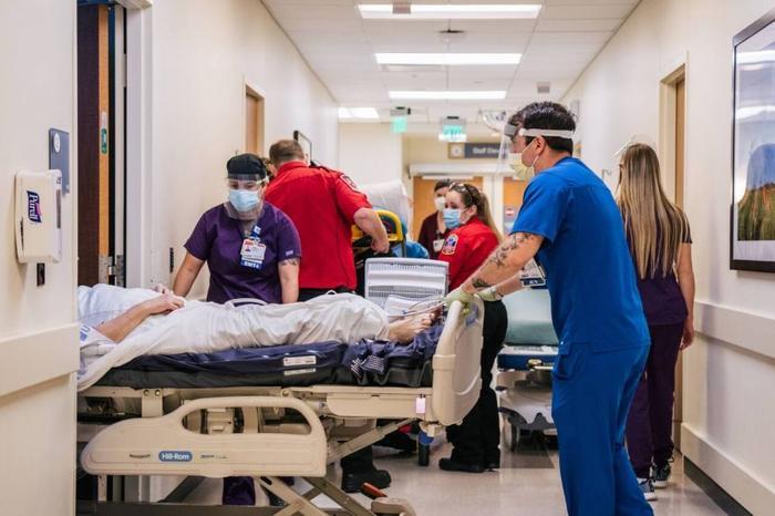 Hơn 500 người mắc Covid-19 nhập viện mỗi giờ ở Mỹ tuần qua Ảnh 1