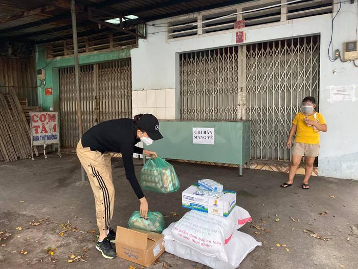 Đi tình nguyện mùa dịch, Á hậu Lệ Hằng miệt mài giúp người dân đến rách đồ Ảnh 9