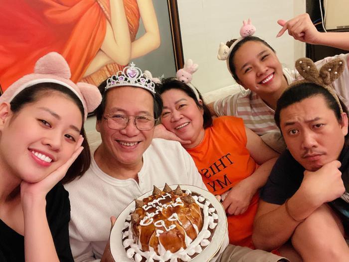 Sinh nhật ba, Hoa hậu Khánh Vân làm tặng bánh kem kèm lời nhắn ngọt ngào Ảnh 1