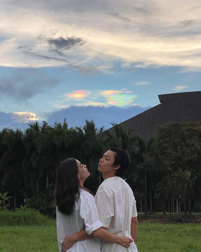 Loạt hình ảnh ngọt ngào của các cặp sao Thái gần đây: Mark Kim 'đi trốn', Jaylerr Thanaerng yêu xa vì...