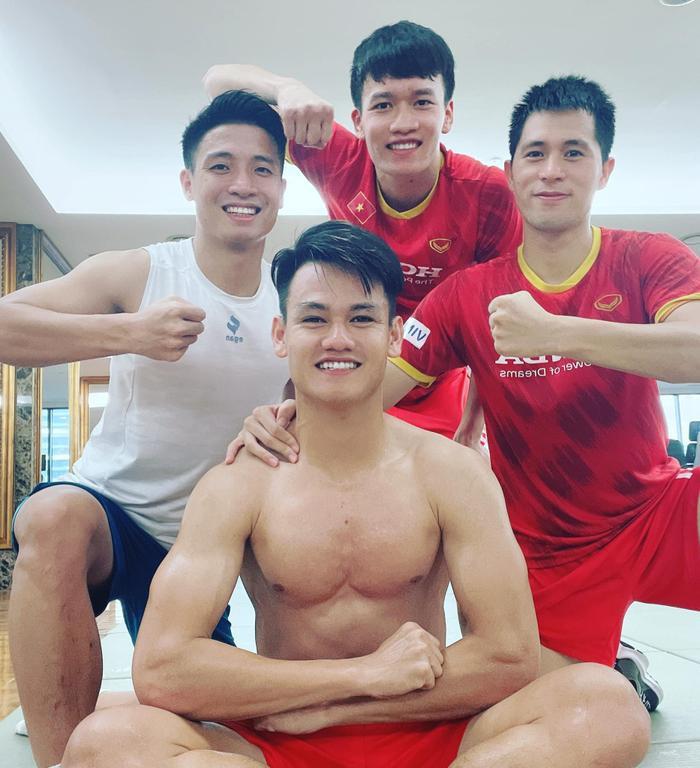 Ngắm body 'hút mắt' của dàn tuyển thủ chuẩn 'soái ca' cao hơn 1m80 của đội tuyển Việt Nam đá trận tối nay Ảnh 10
