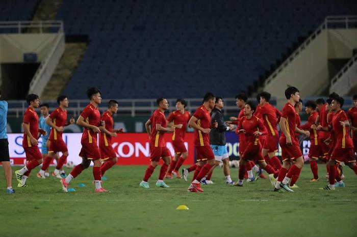 Chúc tuyển Việt Nam thắng Úc, HLV Kiatisak 'mách nước' cho thầy Park? Ảnh 1