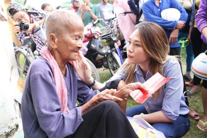 Mỹ Tâm nhảy múa phụ họa cực vui cho bà cụ trong chuyến từ thiện, hành động khiến ai cũng thấy ấm lòng