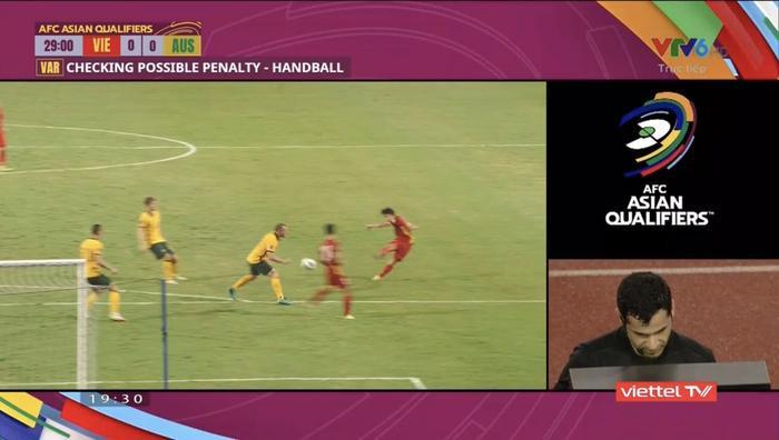 Cận cảnh tình huống bóng chạm tay cầu thủ Úc nhưng tuyển Việt Nam không được hưởng penalty Ảnh 1