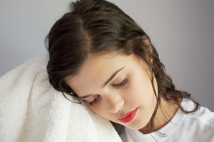 Những sai lầm khi gội đầu khiến tóc rụng ngày càng nhiều, có đến 3/5 điều rất nhiều người mắc phải Ảnh 3