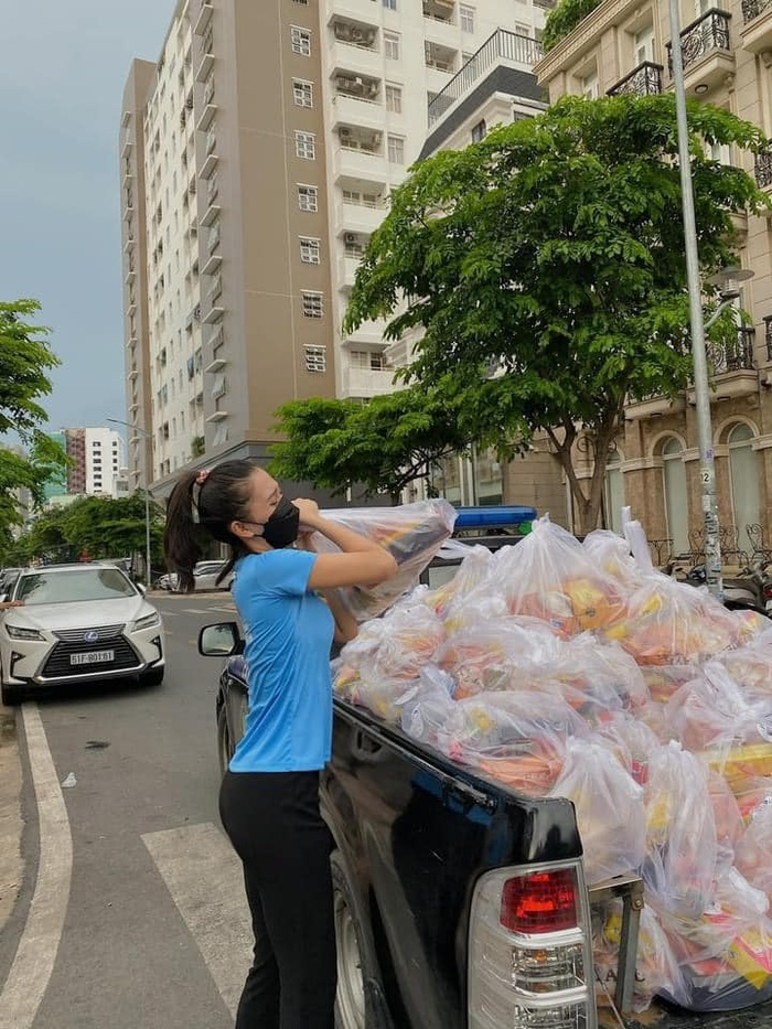 Hoa hậu Tiểu Vy khỏe như lực sĩ, khuôn vác nhu yếu phẩm cho người nghèo mùa dịch Ảnh 2