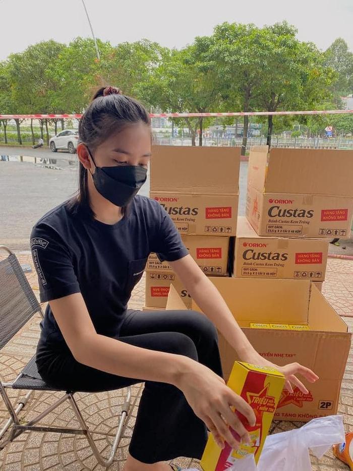 Hoa hậu Tiểu Vy khỏe như lực sĩ, khuôn vác nhu yếu phẩm cho người nghèo mùa dịch Ảnh 5
