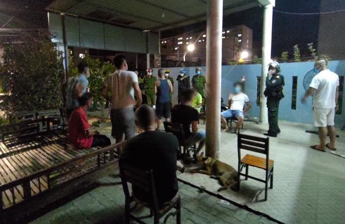 Đà Nẵng: Bắt quả tang nhóm người tụ tập hát karaoke, mở tiệc ma túy ăn mừng 'vùng xanh' Ảnh 1