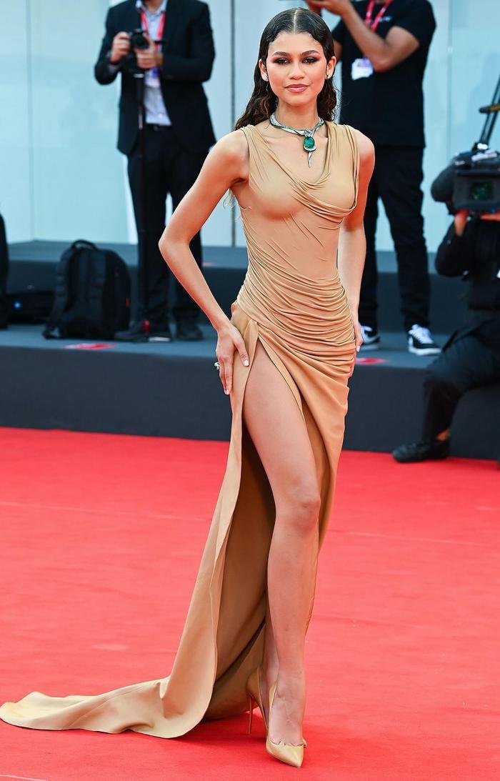 Bạn gái người Nhện gây bão với loạt váy hở 'kinh điển' tại LHP Venice 2021 Ảnh 5