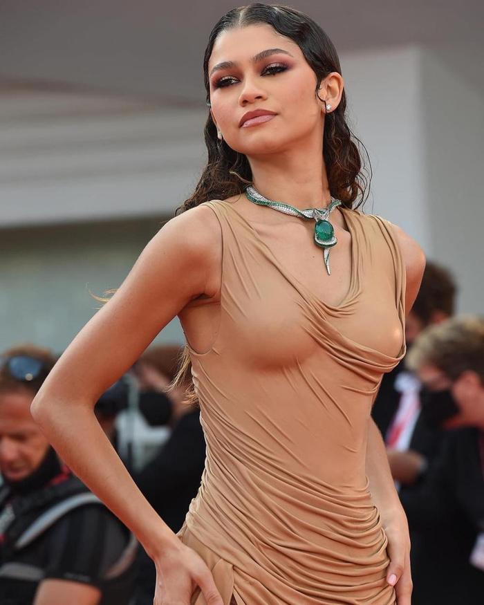 Bạn gái người Nhện gây bão với loạt váy hở 'kinh điển' tại LHP Venice 2021 Ảnh 6