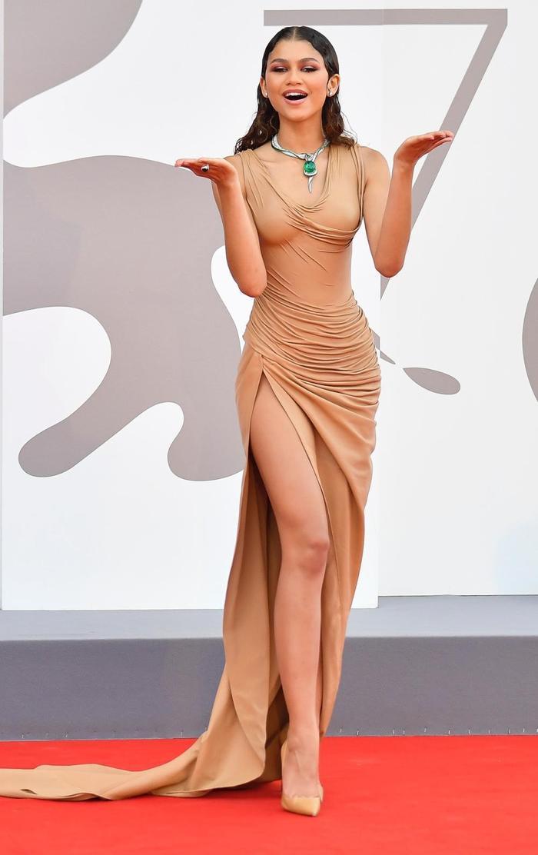 Bạn gái người Nhện gây bão với loạt váy hở 'kinh điển' tại LHP Venice 2021 Ảnh 4