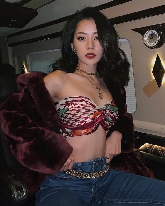 Style khoe chân ngực với khăn lụa: Thanh Hằng gợi cảm, Ngọc Trinh lộ 'phụ tùng'