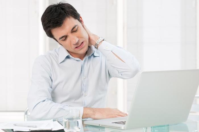 Thói quen của dân văn phòng gây hại cho đường cong sinh lý cổ ra sao?
