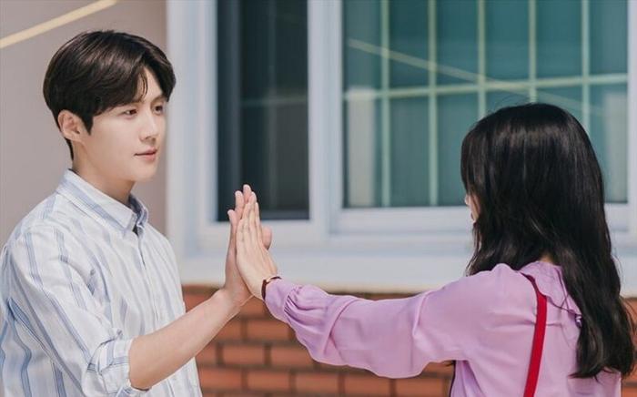 4 lý do khiến các mọt phim Hàn 'đổ đứ đừ' trước 'Hometown Cha-Cha-Cha' Ảnh 16