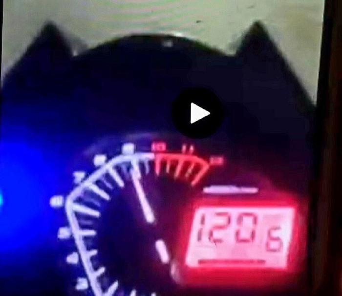 Thanh niên xăm trổ livestream chạy xe máy tốc độ 120km/h 'thông chốt' để dự sinh nhật vợ bạn Ảnh 2