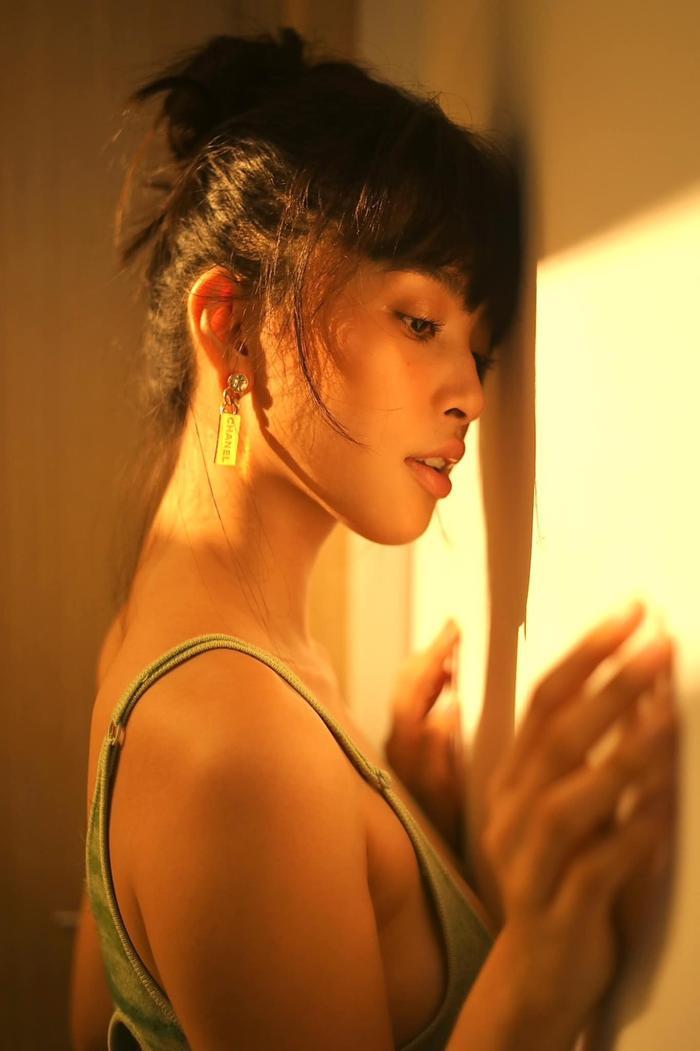 Hoa hậu Tiểu Vy đẹp mê hoặc trong bộ váy cắt khoét tôn ba vòng đẫy đà