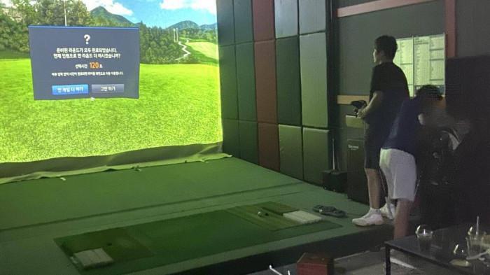 Bắt quả tang 25 người nước ngoài chơi golf điện tử giữa lúc Hà Nội đang giãn cách xã hội