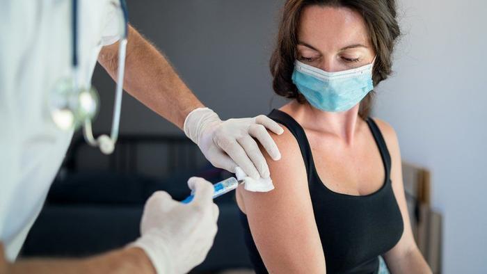 Lý do phụ nữ thường gặp tác dụng phụ hơn nam giới sau khi tiêm vaccine Covid-19
