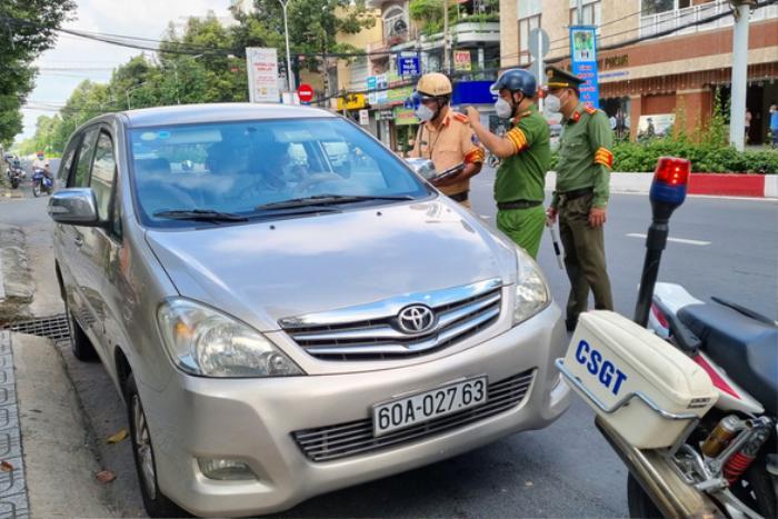 Không xuất trình được giấy đi đường hợp lệ, Thanh tra Sở TN&MT đóng cửa, cố thủ trong xe cả tiếng đồng hồ Ảnh 1