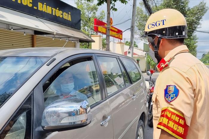 Không xuất trình được giấy đi đường hợp lệ, Thanh tra Sở TN&MT đóng cửa, cố thủ trong xe cả tiếng đồng hồ Ảnh 2