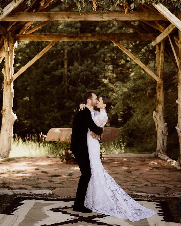 Lily Collins tổ chức đám cưới bí mật, váy cưới lung linh tựa nàng tiên cổ tích Ảnh 1