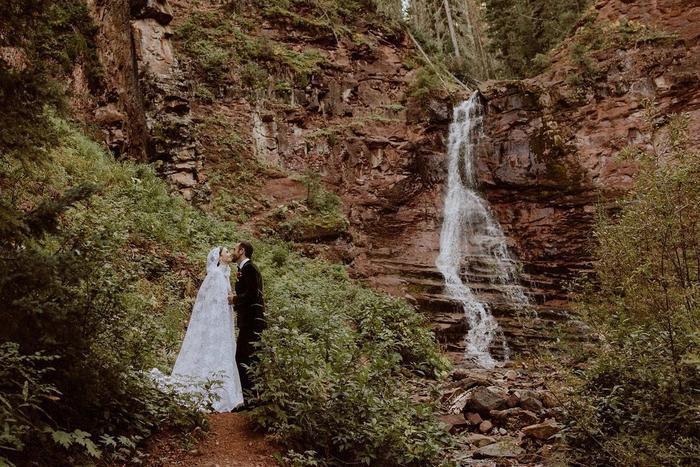 Lily Collins tổ chức đám cưới bí mật, váy cưới lung linh tựa nàng tiên cổ tích Ảnh 3
