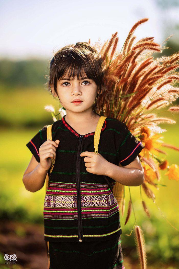 Bộ ảnh cô bé có 'đôi mắt Pleiku' đẹp thiên thần gây bão cộng đồng mạng Ảnh 1